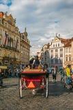 走的马支架在老镇中心在布拉格 免版税库存图片