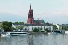 走的马达船、大教堂和河 法兰克福德国主要 免版税库存图片
