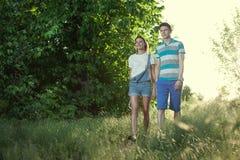 走的年轻夫妇 库存图片