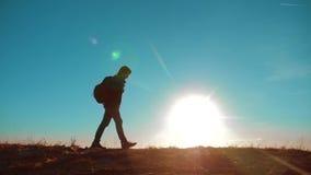 走相当它价值的男性人生活方式旅游与背包阳光冒险站立在山顶部 慢的行动 股票视频