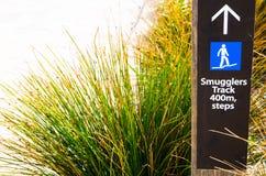 走私贩轨道标志400 m 在Barrenjoey灯塔步行,棕榈滩的步,在悉尼北部 免版税库存图片