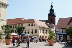 走穿过哈费尔贝尔格和它的市场plac城市的人们 免版税图库摄影