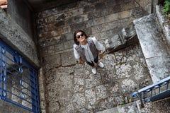 走穿过市的少妇旅客科托尔, Monteneg 免版税库存照片