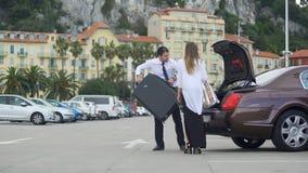 走美丽的女实业家乘出租车与chauffer,豪华汽车服务 股票视频