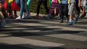 走行人穿越道夏时的孩子 股票录像