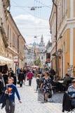 走街市在科鲁Napoca的老中心的游人 免版税库存图片