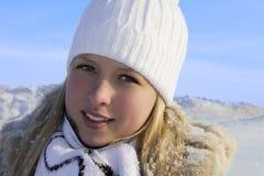 走读女生晴朗的冬天 免版税库存图片