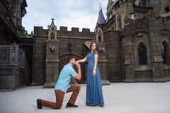 走近城堡的一对年轻爱恋的夫妇 到蜜月的婚礼旅行 库存图片