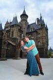 走近城堡的一对年轻爱恋的夫妇 到蜜月的婚礼旅行 免版税图库摄影