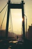 走通过一座空的桥梁 库存照片