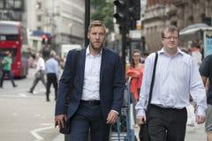 走通过伦敦市街道的人们 伦敦市企业生命力概念 免版税库存图片