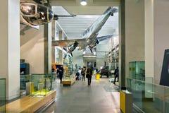 走通过伦敦科技馆的人们 免版税库存照片