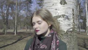 走通过公园的逗人喜爱的卷曲女孩 影视素材