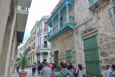 走通过哈瓦那的游人 库存照片
