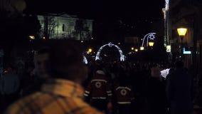 走通过圣诞节的人们装饰了镇中心 股票录像