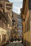 走通过在一点法国二的老中世纪街道的游人 库存图片