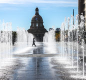 走通过在立法大厦前面的水的夫人 免版税库存图片