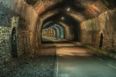 走通过墓石隧道,德贝郡,英国,英国 免版税库存照片