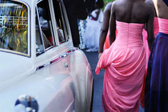 走通过婚礼之日的女傧相 免版税库存照片
