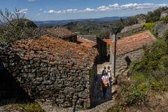 走通过孟山都古老街道,葡萄牙 免版税库存照片