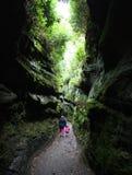 走通过峡谷的母亲和女儿 库存照片