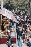 走通过市场的人们在自治市镇市场,伦敦上失去作用 免版税库存图片