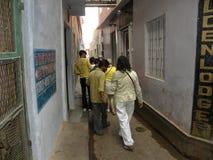 走通过往ghats的巷道的瓦腊纳西,北方邦,印度- 2009 11月3日,印地安人民 免版税库存照片