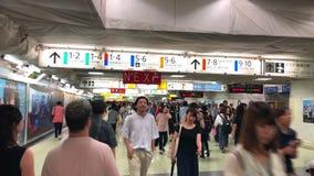 走通过新宿火车站,东京,日本的拥挤通勤者场面  影视素材