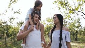 走通过森林的愉快的家庭 影视素材
