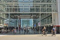 走通过海牙中央火车站的人们 库存照片