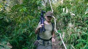 走通过美丽的密林的成人人摄影师 股票录像