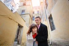 走通过老利沃夫州的愉快的年轻夫妇 免版税图库摄影