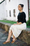 走通过老镇的街道的年轻美丽的妇女 免版税图库摄影