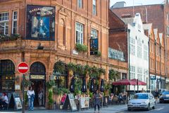 走通过莱斯特广场,伦敦英国的许多人、游人和伦敦人 免版税图库摄影