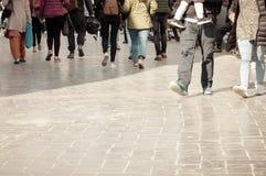 走通过街道人群 行人交叉路街道人群在城市,走在街道的人们 大城市生活 库存图片