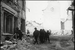 走通过被轰炸的修造的战士 股票录像