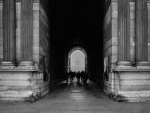 走通过通道的人们在巴黎 库存照片