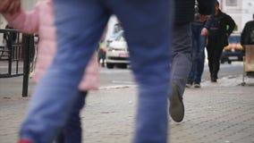 走通过镇中心的被弄脏的, defocused人民射击  影视素材