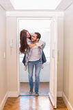 走通过门的逗人喜爱的夫妇 免版税图库摄影
