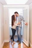 走通过门的逗人喜爱的夫妇 免版税库存照片
