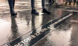 走通过雨的纽约人 库存照片