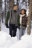 走通过雪的成熟夫妇 免版税库存图片