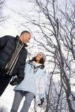 走通过雪的成熟夫妇 免版税库存照片