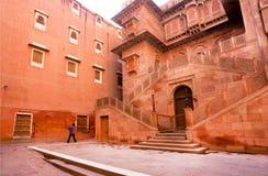 走通过16世纪堡垒的孤独的人在印度 图库摄影