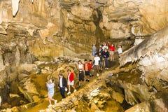 走通过水晶洞的游人在美洲杉国家公园 库存图片