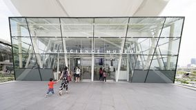 走通过ArtScience博物馆门道入口的游人  库存图片