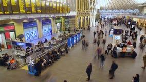 走通过Cross Station国王的通勤者时间间隔  股票视频