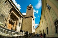 走通过Prazsky hrad街道老镇 免版税库存图片