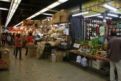 走通过Sheung水族市场的人们, 免版税库存照片