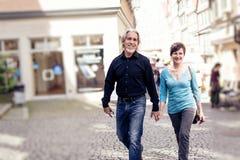 走通过Tuebingen的资深夫妇 免版税库存图片